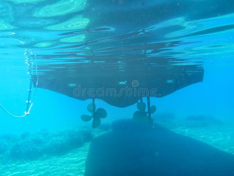 A ideia subaquática da parte inferior do iate, 2 hélices, estações de tratamento de água em Kolona dobra a ilha Cyclades Grécia d fotos de stock royalty free
