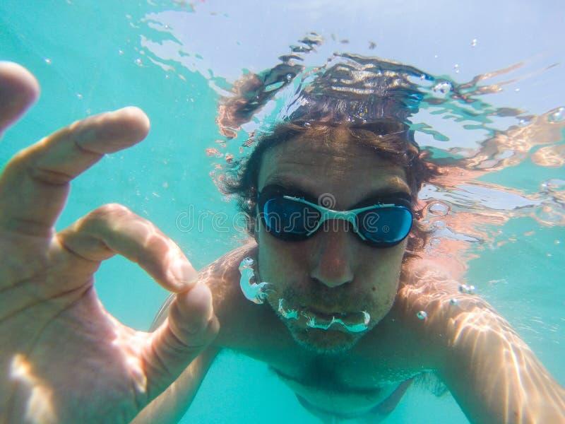 Ideia subaqu?tica de uma nata??o do homem no mar fotografia de stock