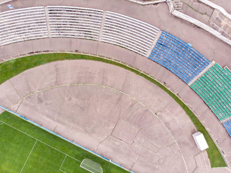 Ideia superior aérea do estádio velho da cidade com campo de futebol fotos de stock royalty free