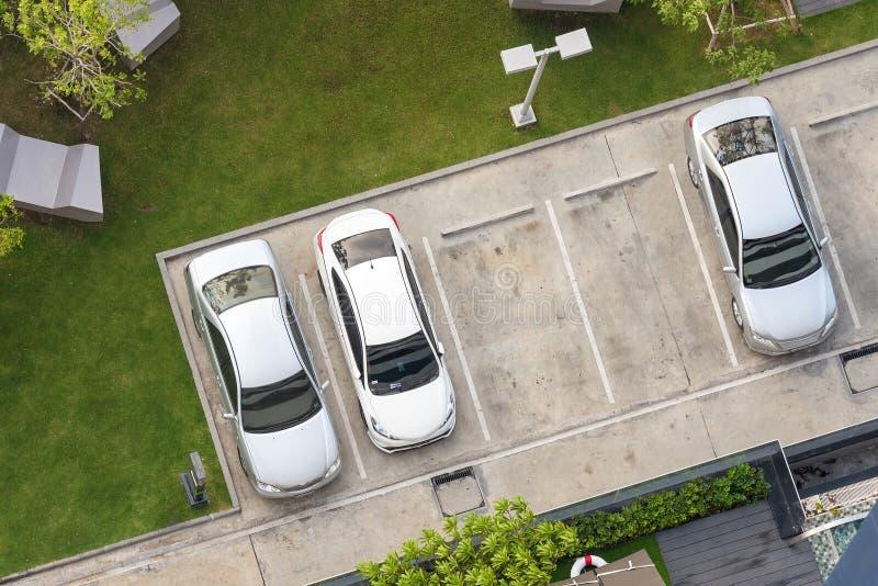 Ideia superior da área de estacionamento com jardim pequeno imagem de stock