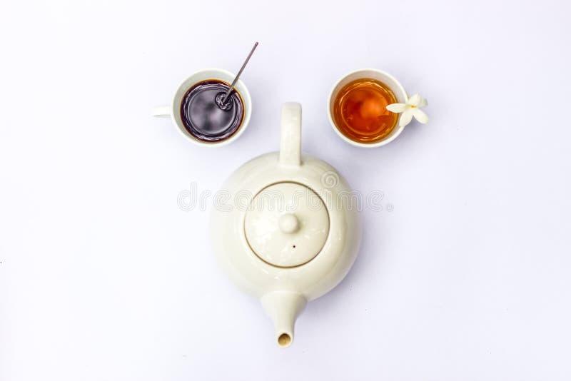 Ideia superior da composição criativa no bule da xícara de café, do chá e do branco no fundo branco foto de stock royalty free