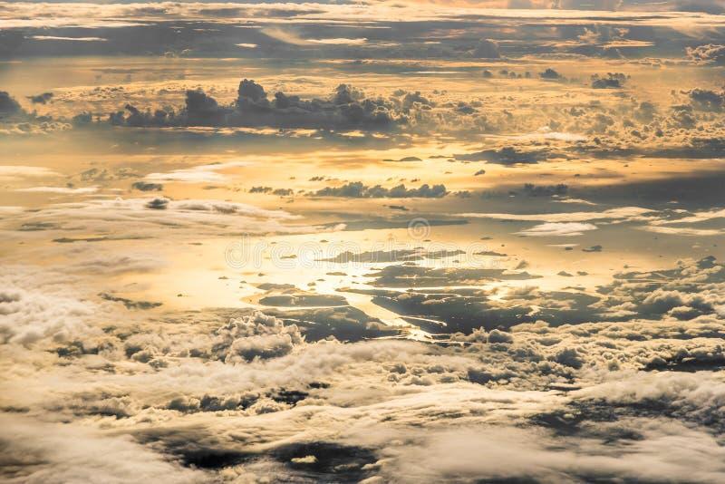 Ideia superior da costa, do mar e de chover nebulosos com por do sol reflexo imagens de stock