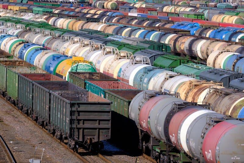 Ideia superior da estação de trem de classificação para o transporte de frete Carros de frete durante a classificação Transporte  imagem de stock