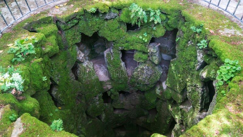 Ideia superior da iniciação inacabado bem dentro da torre da iniciação maçónica bem em Quinta da Regaleira fotos de stock