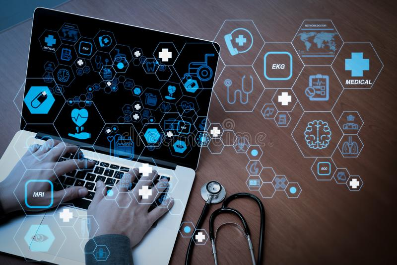 Ideia superior da mão do doutor da medicina trabalhando com o computador moderno ilustração stock