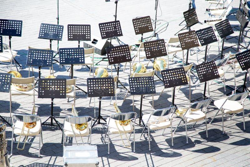 A ideia superior da m?sica das cadeiras est? instrumentos da banda filarm?nica imagens de stock royalty free