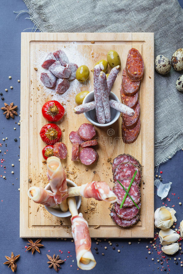 Ideia superior da mistura de presunto espanhol tradicional, salame foto de stock
