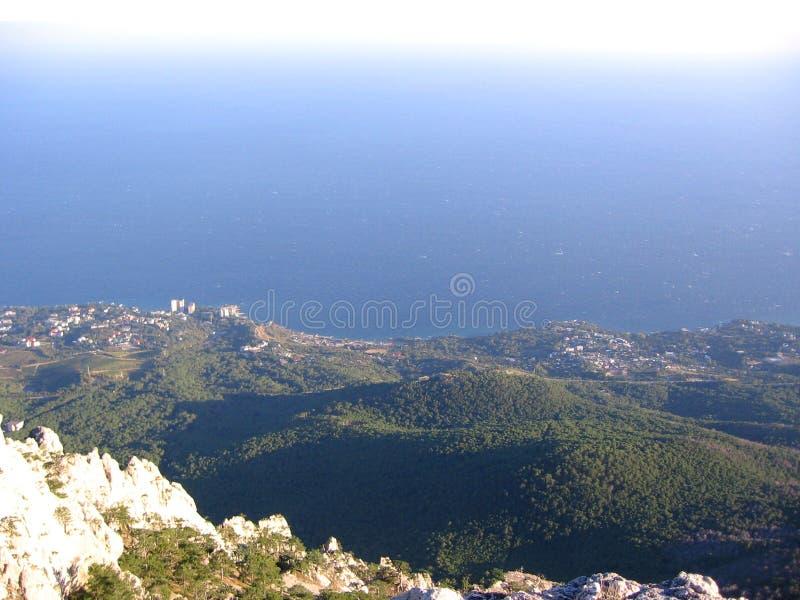 Ideia superior da paisagem pitoresca magnífica do no turista do horizonte de mar do verão nas montanhas foto de stock royalty free