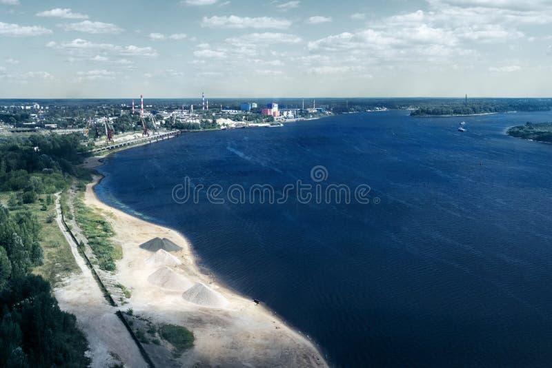 Ideia superior da zona industrial perto do mar, o rio fotografia de stock