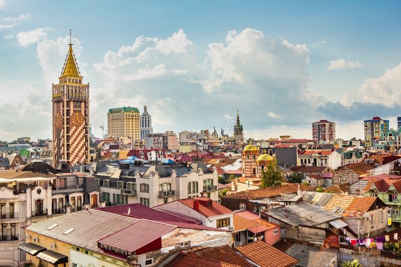 Ideia superior das atrações principais de Batumi velho, situadas na costa do Mar Negro em um dia de verão nebuloso A IGREJA DO ST imagem de stock