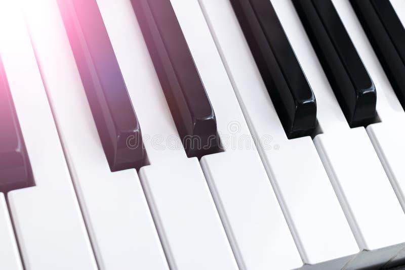 Ideia superior de chaves do piano Close-up de chaves do piano vista frontal próxima Teclado de piano com foco seletivo Vista diag imagem de stock royalty free
