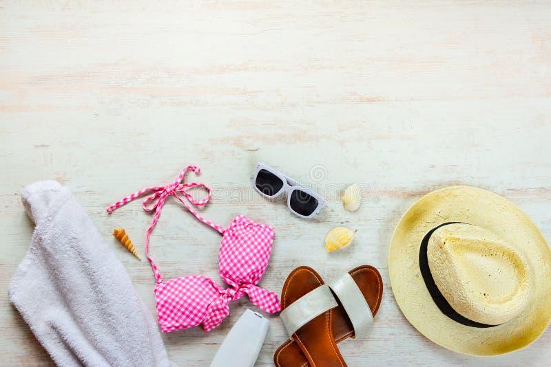 Ideia superior de duas accessoties cor-de-rosa partes do terno e da praia de natação sobre o fundo de madeira Copie o space= fotografia de stock royalty free