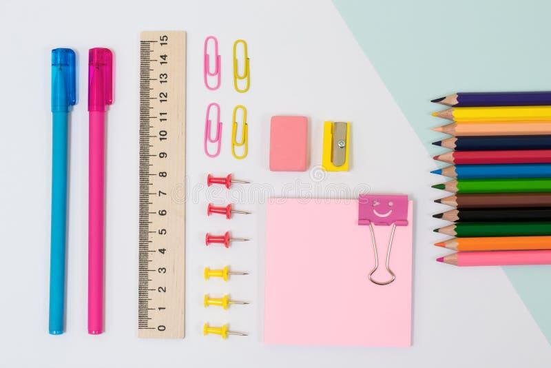 Ideia superior de fontes de escola Grupo de etiquetas, de clipes de papel e de pi imagens de stock royalty free