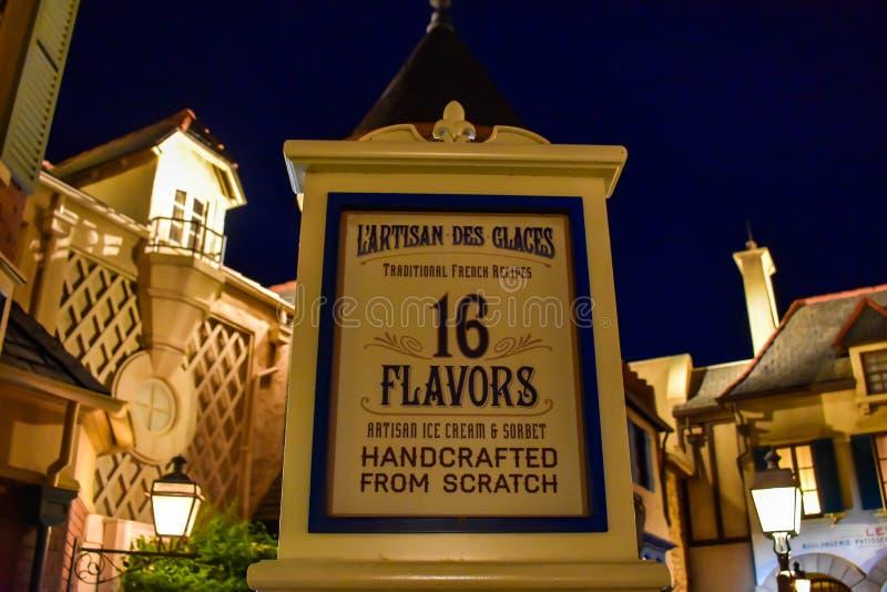 Ideia superior de L ?sinal do gelado do DES Glaces do artes?o no fundo bonito no pavilh?o de Fran?a em Epcot em Walt Disney World imagens de stock