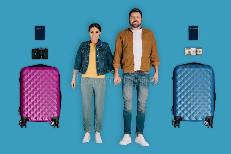 ideia superior de pares novos de viajantes à moda com a câmera e as malas de viagem da foto do dinheiro dos passaportes foto de stock