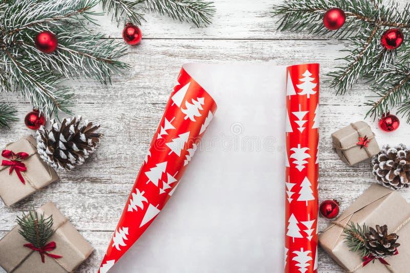 Ideia superior, superior, de presentes de Natal em um fundo rústico de madeira, decorada com ramo sempre-verde fotografia de stock
