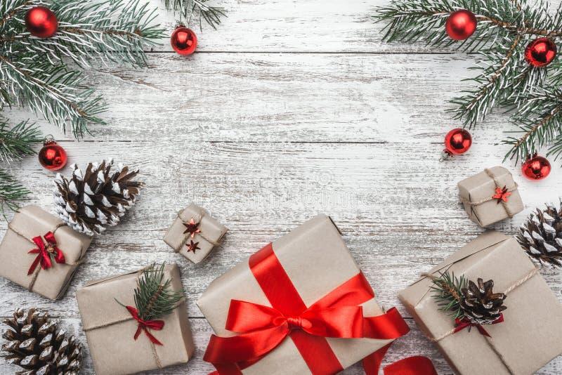 Ideia superior, superior, de presentes de Natal em um fundo rústico de madeira, decorada com ramo sempre-verde foto de stock royalty free