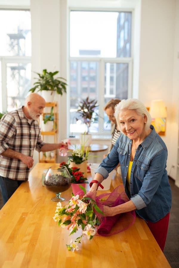 Ideia superior de um sorriso envelhecido deleitado da mulher imagem de stock royalty free