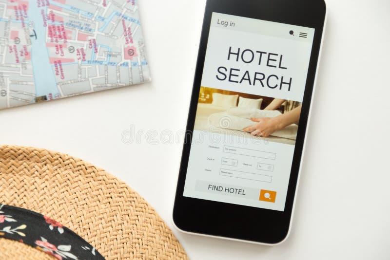 Ideia superior de um telefone celular, busca do hotel na tela fotos de stock