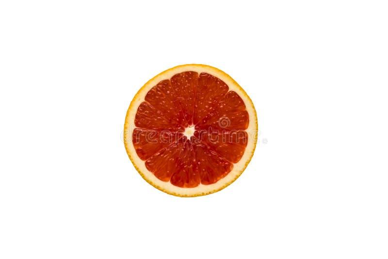 Ideia superior de uma fatia vermelha da toranja em um fundo branco Dieta saudável, fruto tropical fotografia de stock royalty free