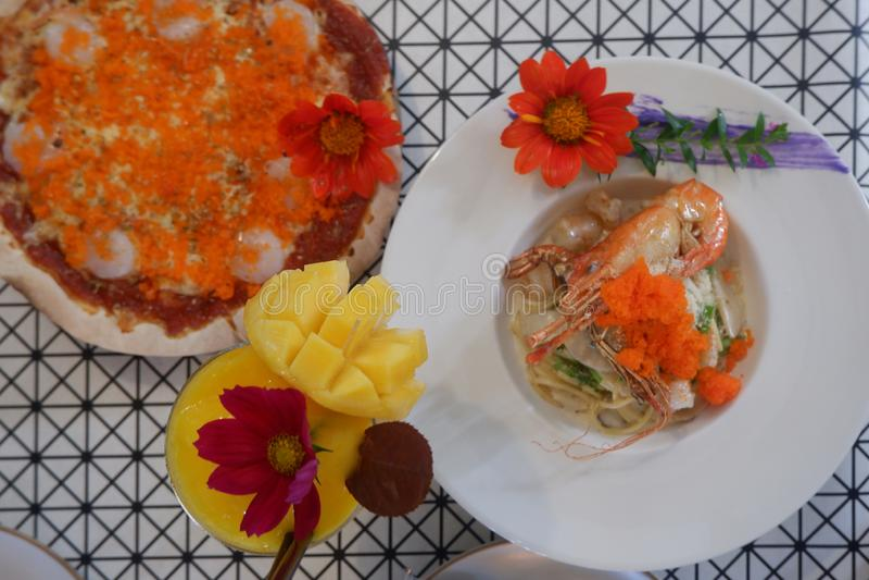 ideia superior do ajuste bonito dos alimentos frescos, pizza, massa, agitação da manga, camarão fotos de stock