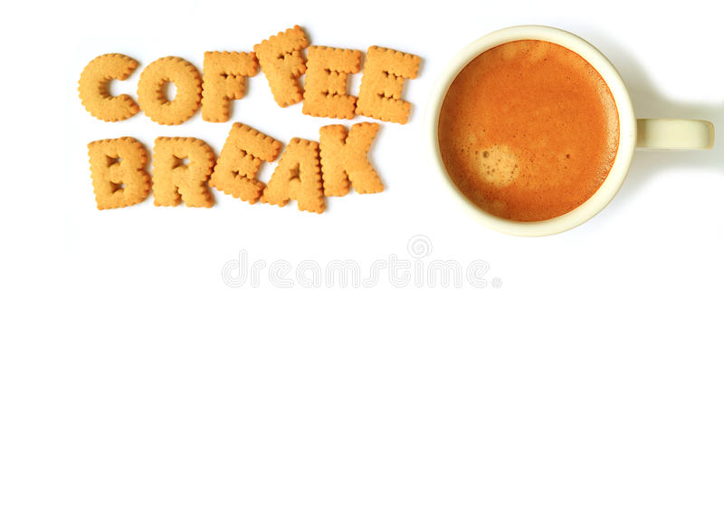 A ideia superior do alfabeto deu forma a biscoitos, soletrando a RUPTURA da palavra CAFÉ e uma xícara de café no fundo do whit fotos de stock