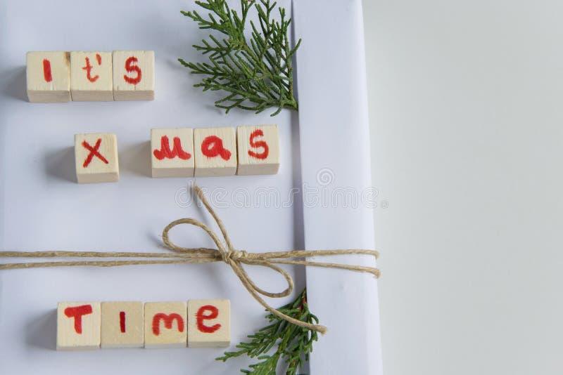 A ideia superior do branco handcraft a caixa de presente com 'ele é letras de madeira do texto do tempo do mas x 'e ramos frescos fotos de stock royalty free