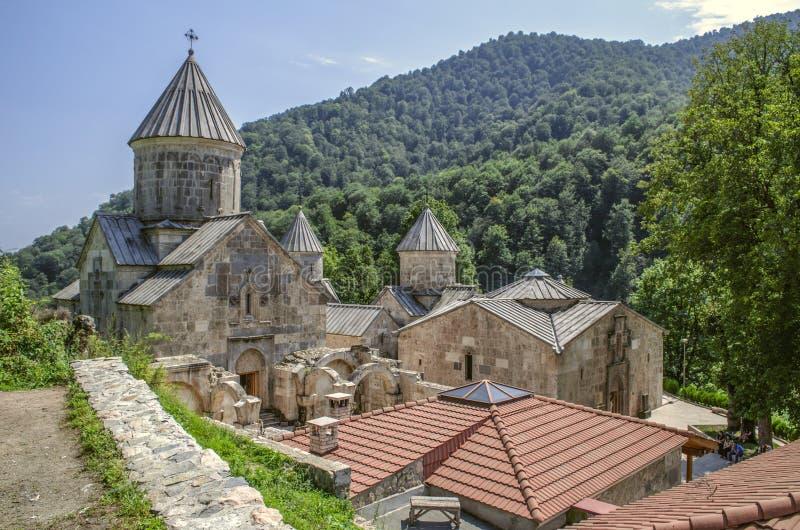 Ideia superior do complexo do todo do monastério Haghartsin, situado nas montanhas e cercado pela floresta sobre a vila o imagem de stock royalty free