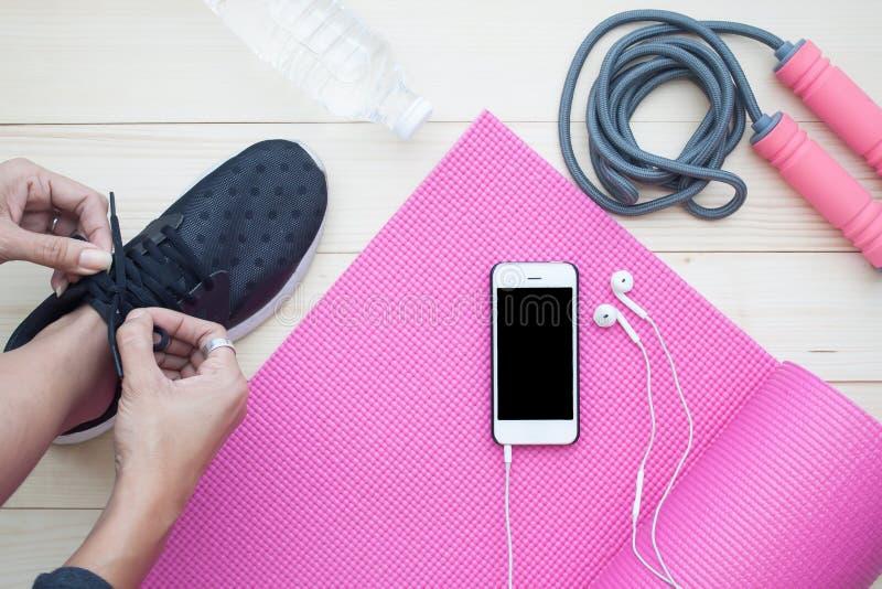 Ideia superior do conceito saudável do estilo de vida, mulher que amarra sapatas com manutenção programada fotografia de stock royalty free