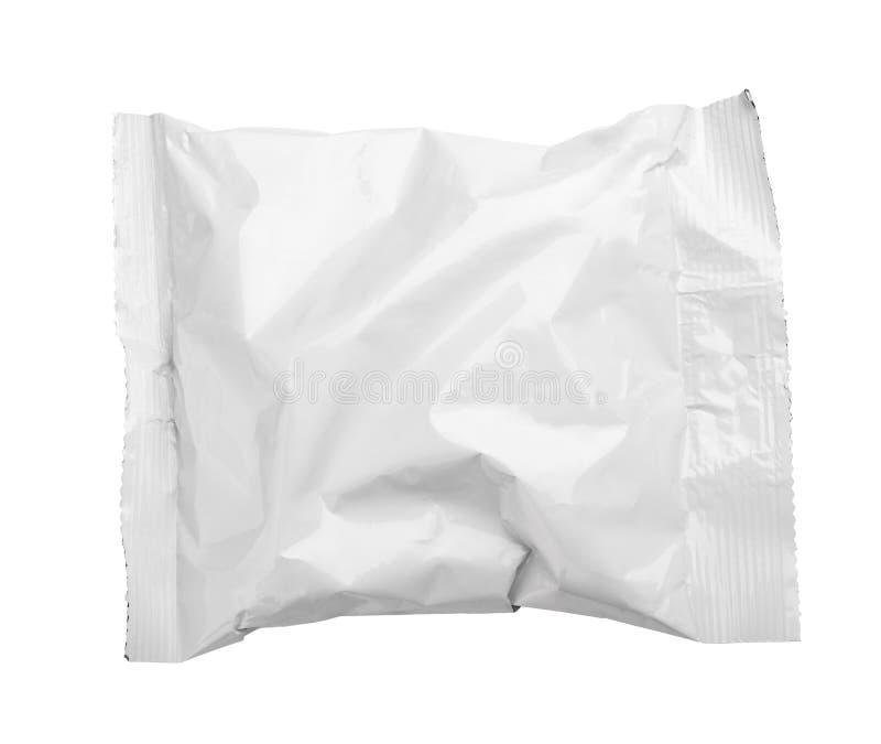 A ideia superior do empacotamento de alimento amarrotado placa do malote plástico isolou-se no branco fotografia de stock