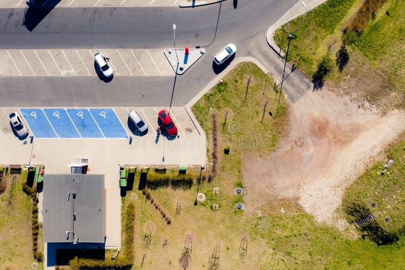 Ideia superior do estacionamento com carros, construção da borda da estrada na tarde fotos de stock