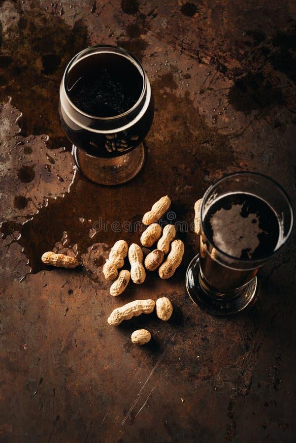 ideia superior do grupo da tabela com amendoins e canecas de cerveja foto de stock royalty free