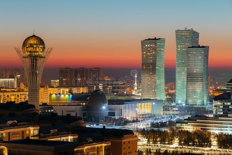 Ideia superior do monumento de Baiterek e da aurora boreal complexos na noite de um dia do por do sol do inverno em Astana, Cazaq imagens de stock
