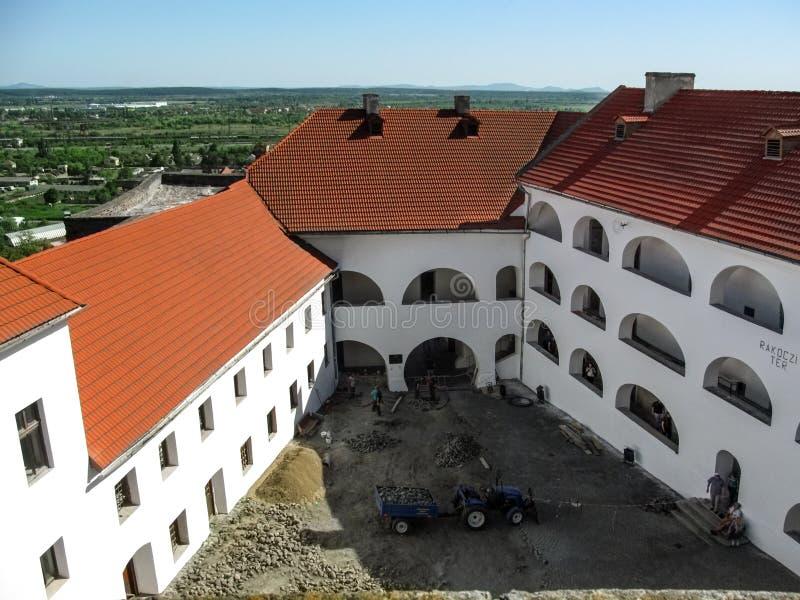 Ideia superior do pátio do castelo de Palanok e da reconstrução de seu assoalho fotografia de stock royalty free