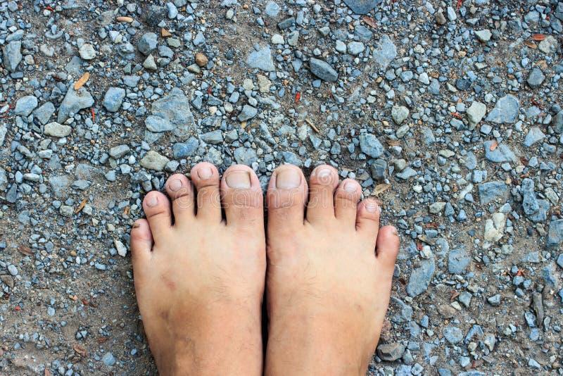 Ideia superior do pé desencapado no fundo do assoalho do cimento fotografia de stock royalty free