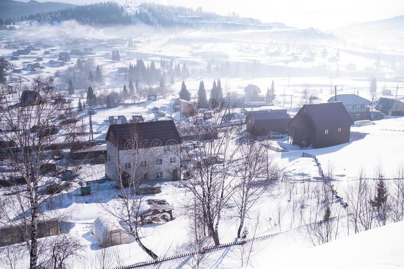 Ideia superior do urbano-tipo pagamento de Sheregesh, montanha Shoria, Sibéria fotos de stock