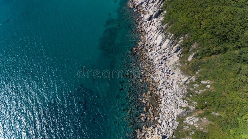 Ideia superior do zangão aéreo da linha rochosa da costa no dia de verão ensolarado foto de stock royalty free