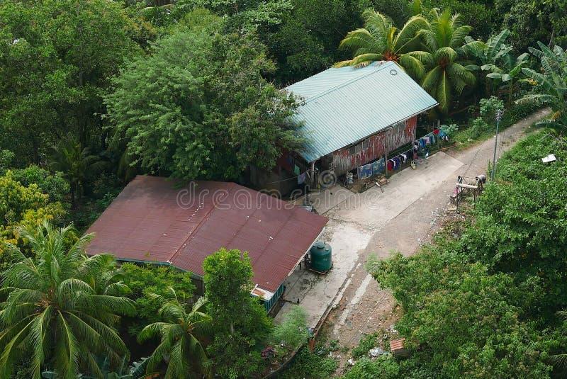 Ideia superior ou ideia aérea da paisagem da vila de Kota Kinabalu, Sabah Cenário com árvores e campos verdes do fundo da naturez foto de stock