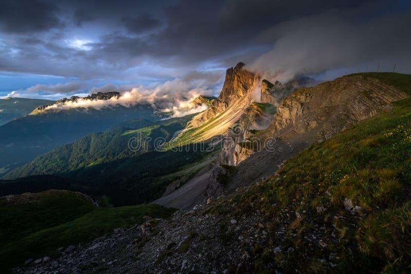 Ideia surpreendente das paisagens da luz do ouro na montanha com o céu azul no verão das dolomites, Itália fotografia de stock