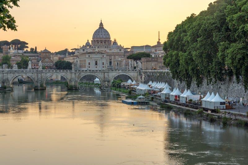 Ideia surpreendente do por do sol basílica do ` s do rio, do St Angelo Bridge e do St Peter de Tibre em Roma, Itália foto de stock royalty free