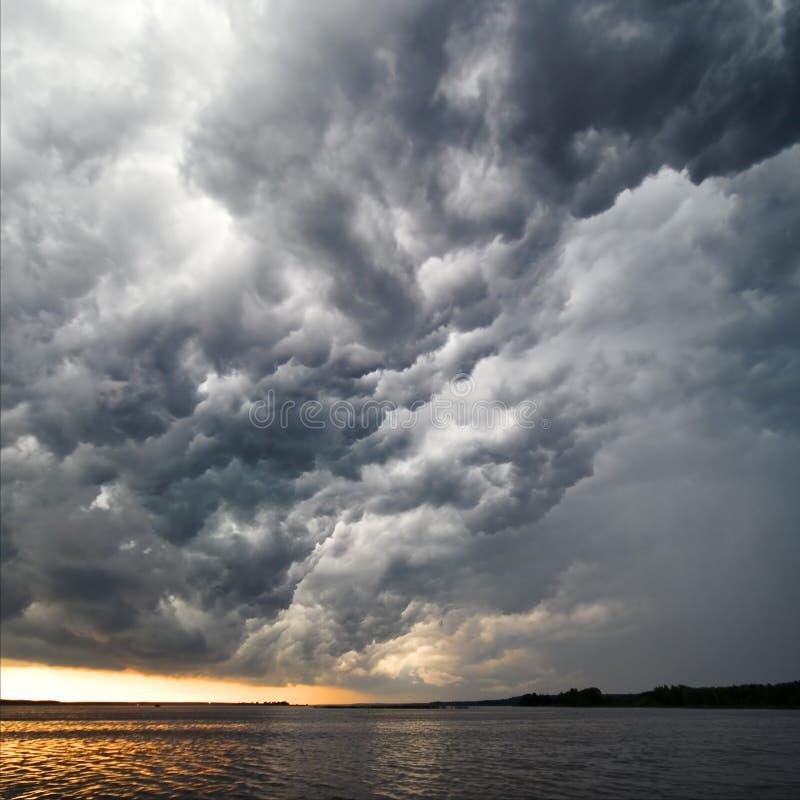 A ideia surpreendente do temporal nubla-se à superfície da àgua imagem de stock royalty free
