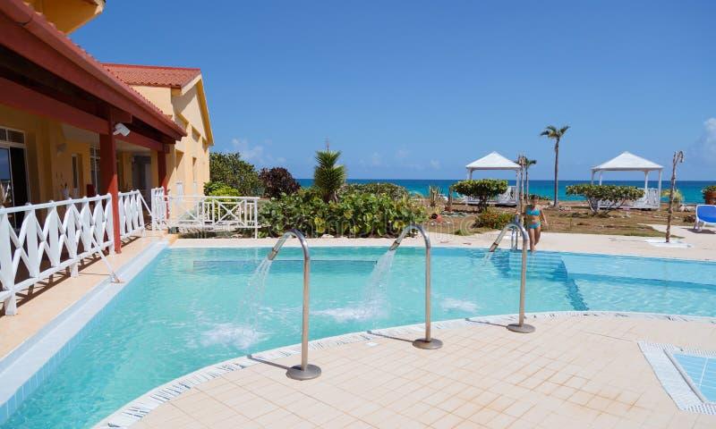 Ideia surpreendente parcial da piscina e de terras exteriores de convite bonitas dos termas fotografia de stock