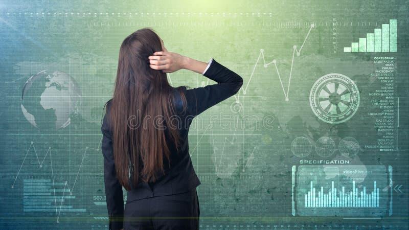 Ideia traseira da beleza longa do cabelo escuro que pensa ou que olha em seu lado direito Fundo isolado do estúdio com copyspace  imagens de stock royalty free