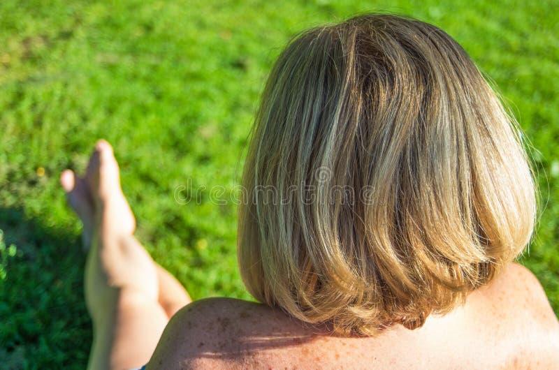Ideia traseira da cabeça da mulher imagens de stock