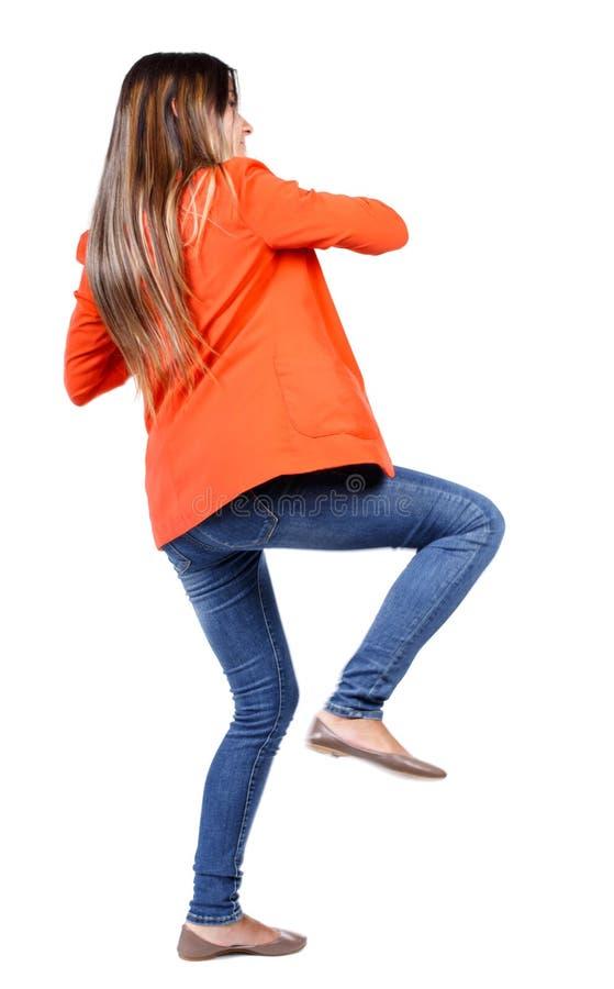 Ideia traseira das lutas engraçadas da mulher que acenam seus braços e pés imagens de stock