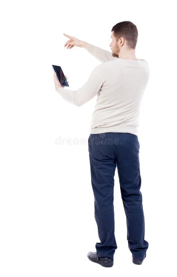 Ideia traseira de apontar os homens novos que falam no telefone celular foto de stock