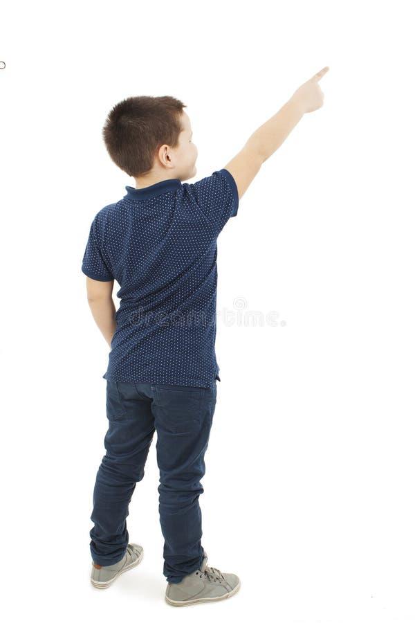 Ideia traseira de pontos do rapaz pequeno na parede Vista traseira foto de stock