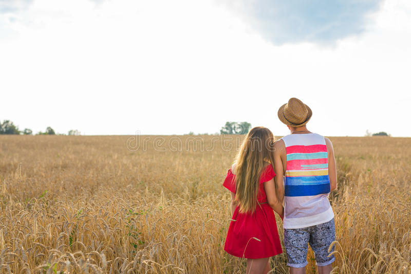 Ideia traseira de um par que guarda-se e que contempla a paisagem ao imaginar seu futuro imagem de stock