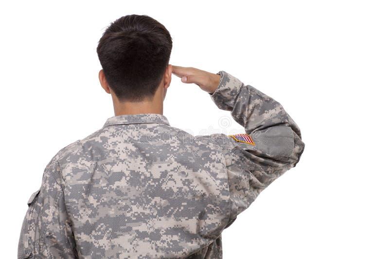 Ideia traseira de uma saudação do soldado imagens de stock