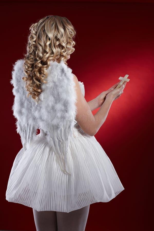Ideia traseira do anjo com crucifixo imagens de stock